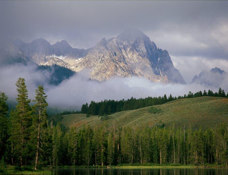 Szczątki nocna burza przy Redfish jeziorem, Sawtooth Krajowy Rekreacyjny teren, Idaho zdjęcia stock