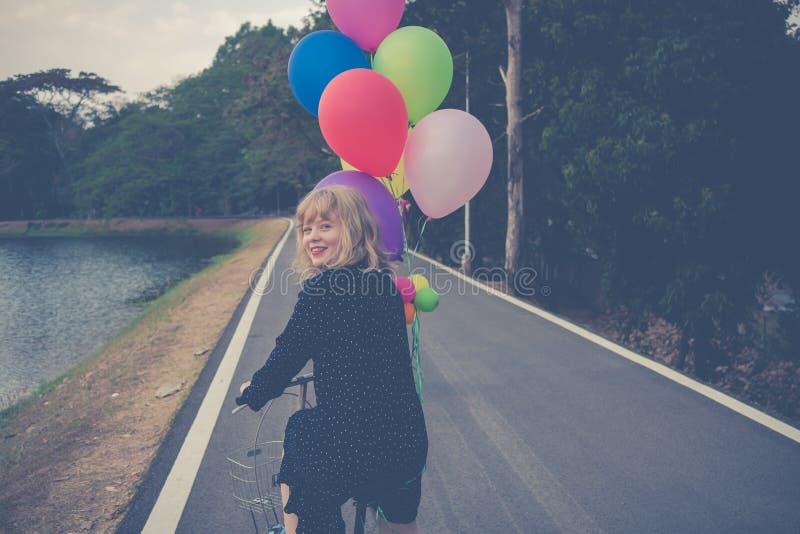 Szczęścia pojęcie, Zamyka w górę strzału młoda kobieta szczęśliwego fotografia royalty free