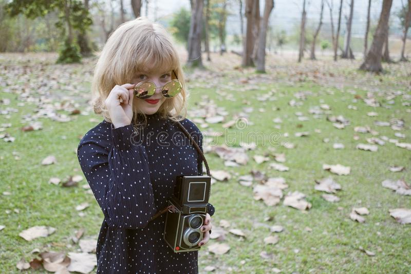 Szczęścia pojęcie, Zamyka w górę strzału młoda kobieta szczęśliwego obrazy stock