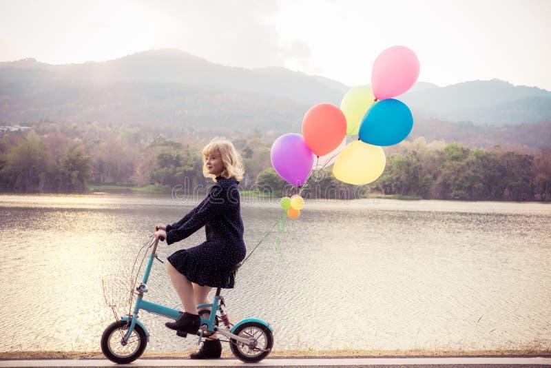 Szczęścia pojęcie, Zamyka w górę strzału młoda kobieta szczęśliwego zdjęcia royalty free