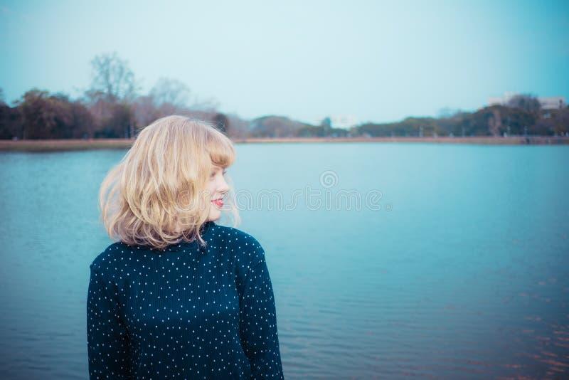 Szczęścia pojęcie, Zamyka w górę strzału młoda kobieta szczęśliwego czas obraz royalty free