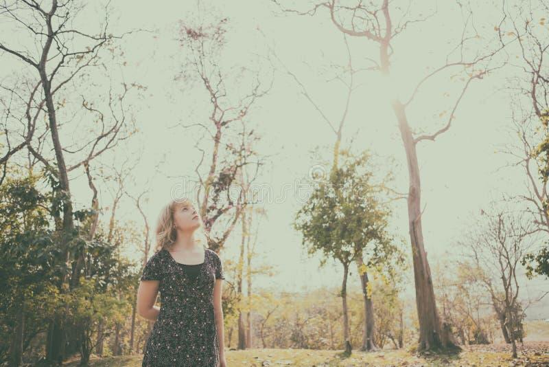 Szczęścia pojęcie, Zamyka w górę strzału młoda kobieta szczęśliwego czas zdjęcia stock