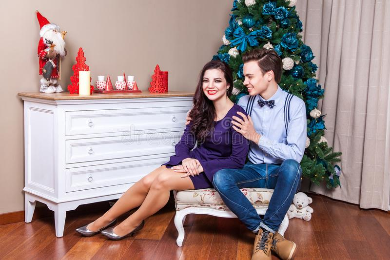Szczęście i śmieszna para małżeńska świętuje bożego narodzenia toogather, zdjęcie stock