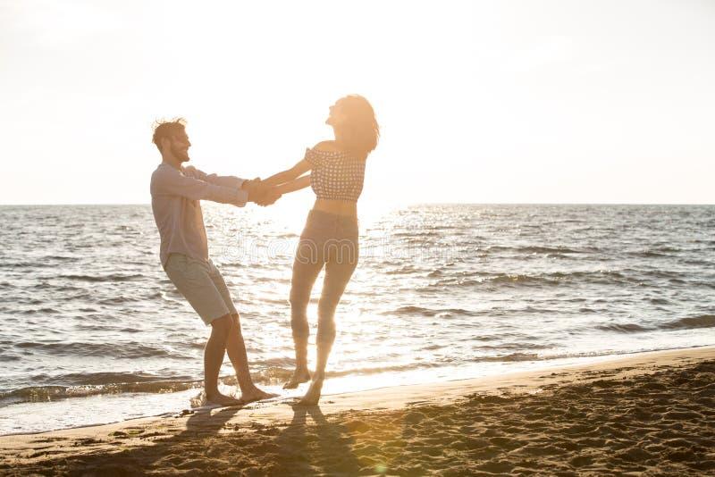 Szczęście i romantyczna scena miłość pary współpracujemy na plaży zdjęcie royalty free