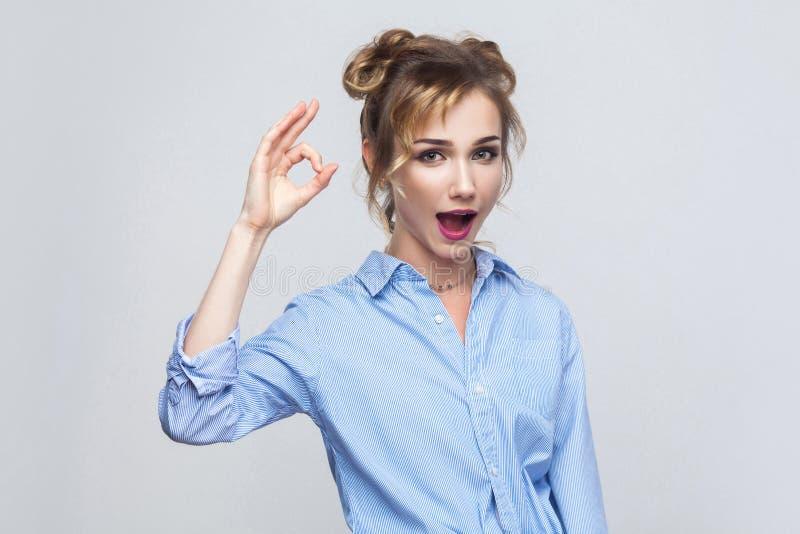 Szczęście kobieta z powabnym uśmiechem robi ok gestowi jest ono zgadza się obrazy stock