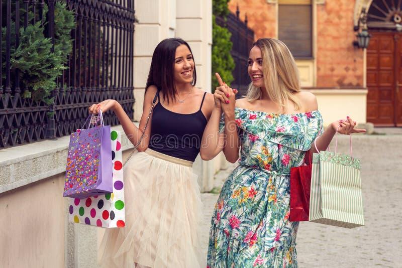 Szczęście, przyjaciele, sprzedaż i zabaw uśmiechnięte dziewczyny z torbami na zakupy, zdjęcia stock