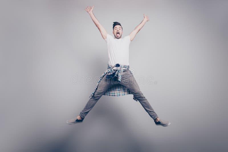 Szczęście, wolność, ruch i ludzie pojęć, - szczęśliwy attractiv fotografia stock
