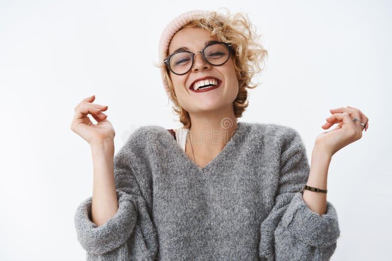 Szczęście, zima wakacje i emocji pojęcie, Portret zadowolona oferta i radosna europejska blond kobieta wewnątrz obraz stock