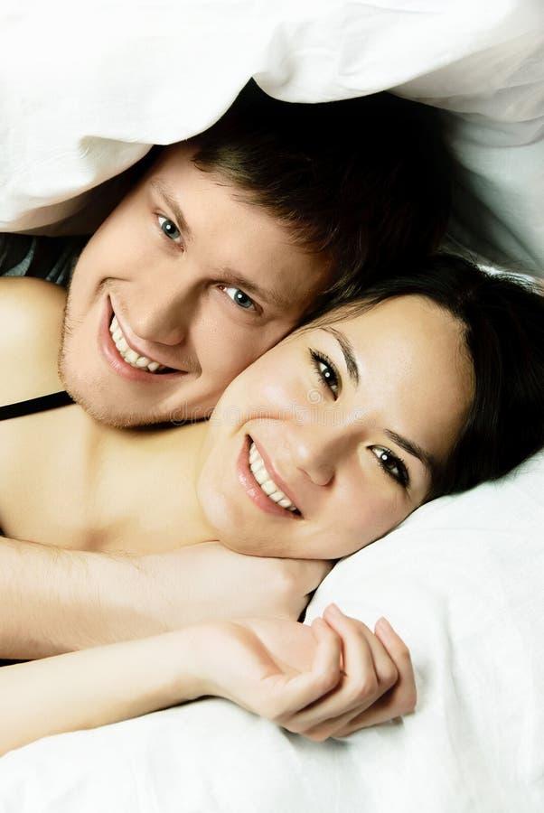 szczęśliwa łóżkowa para obraz stock