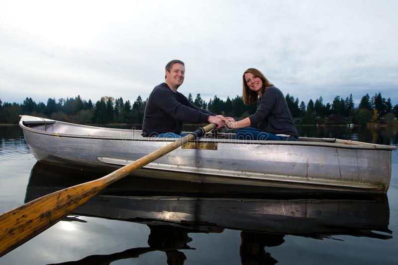 szczęśliwa łódkowata para zdjęcia stock