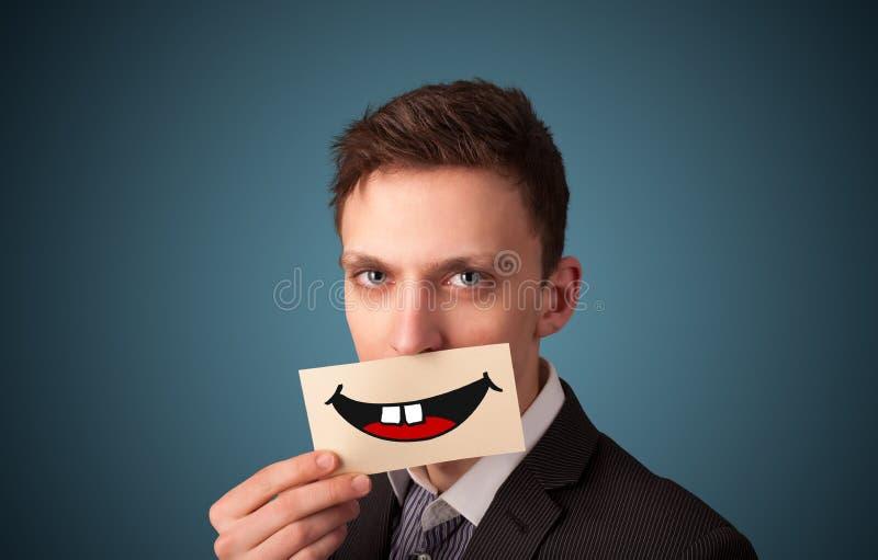 Szczęśliwa ładna kobiety mienia karta z śmiesznym smiley obrazy royalty free