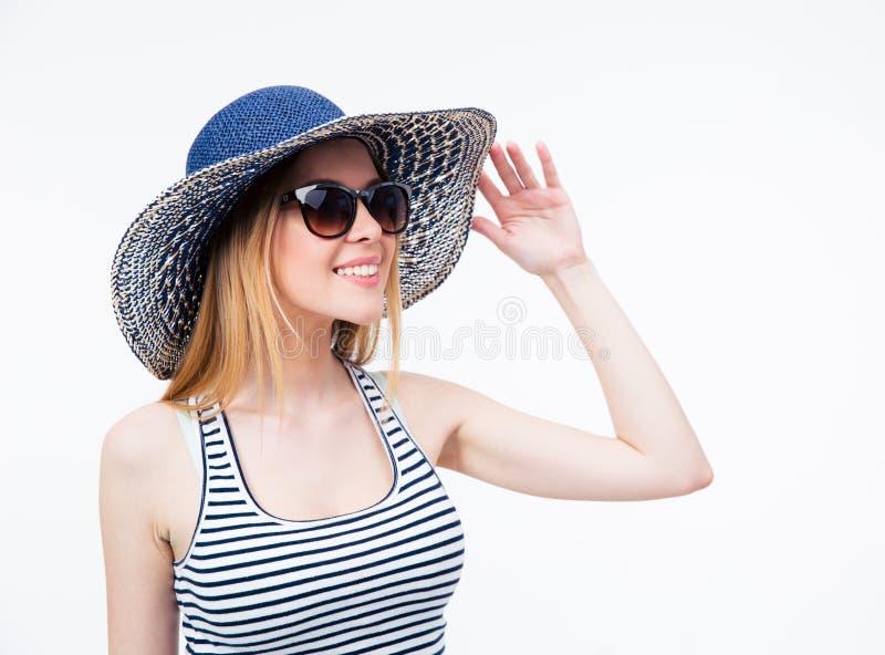 Szczęśliwa śliczna kobieta w okularach przeciwsłonecznych i kapeluszu zdjęcie royalty free