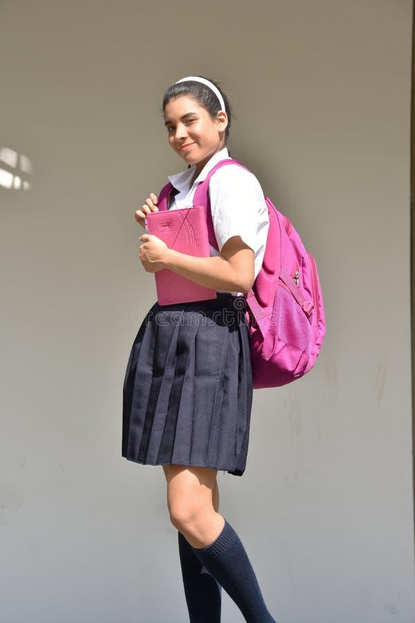 Szczęśliwa Śliczna Kolumbijska osoba Jest ubranym mundur Z notatnikiem zdjęcie stock