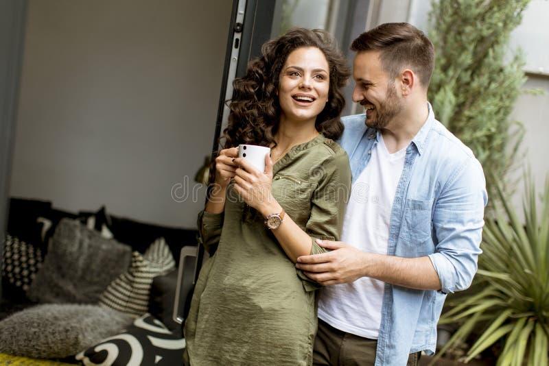 Szczęśliwa śliczna para w miłości obejmuje each innego i pije kawę zdjęcia royalty free