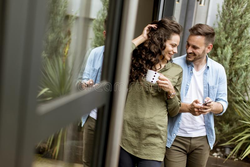 Szczęśliwa śliczna para w miłości obejmuje each innego i pije kawę zdjęcie royalty free