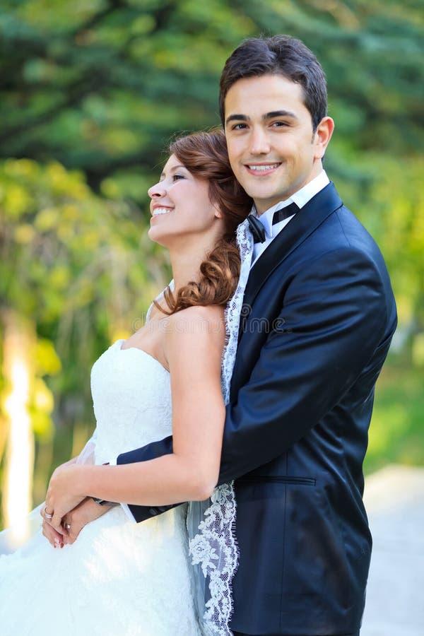 Download Szczęśliwa ślub para zdjęcie stock. Obraz złożonej z ludzie - 28974536