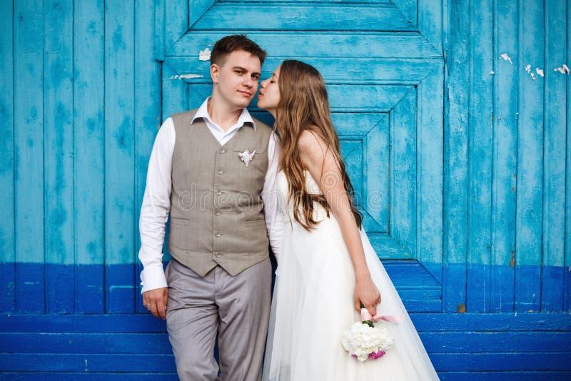 Szczęśliwa ślub para ma zabawę zdjęcie stock