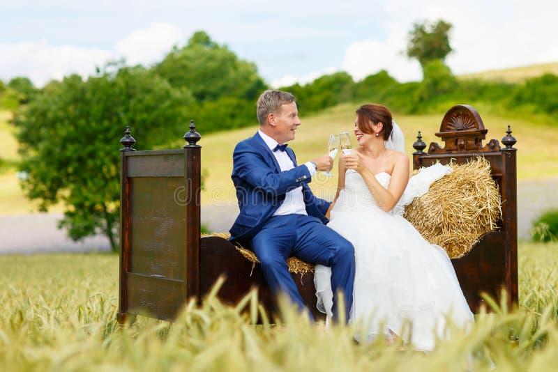 Szczęśliwa ślub para w pszenicznym polu obrazy royalty free