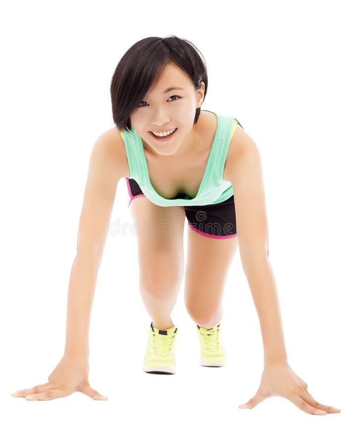 Szczęśliwa żeńska atleta przygotowywająca biegać biel zdjęcie stock
