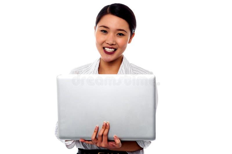 Szczęśliwa żeńska fachowa kobieta z laptopem