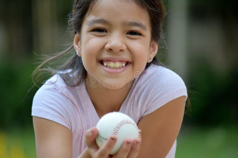 Szczęśliwa Żeńska gracz baseballa dziecka atleta Z baseballem zdjęcia royalty free