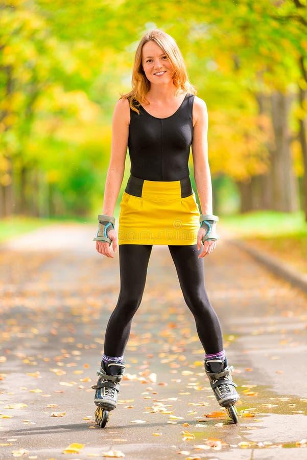 Szczęśliwa aktywna dziewczyna bawić się sporty w parku obraz royalty free