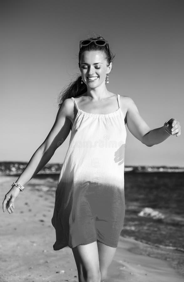 Szczęśliwa aktywna kobieta na seacoast w wieczór odprowadzeniu obrazy stock