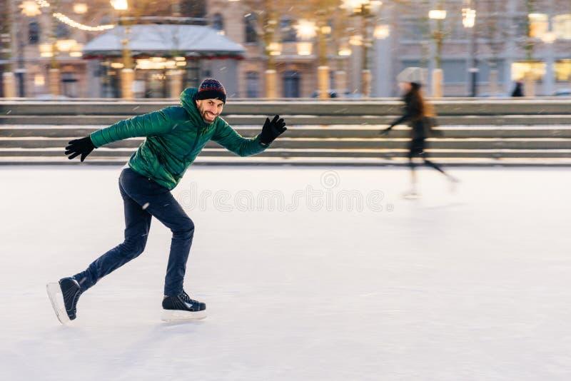 Szczęśliwa aktywna sporty samiec wymagająca w zim aktywność, demonstr obraz stock