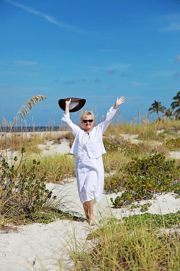 Szczęśliwa aktywna starsza kobieta zdjęcia royalty free