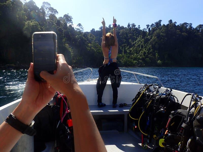 Szczęśliwa akwalungu nurka poza od plecy z pełnym wyposażenie na łodzi przed wszczynać pikowanie obrazy stock