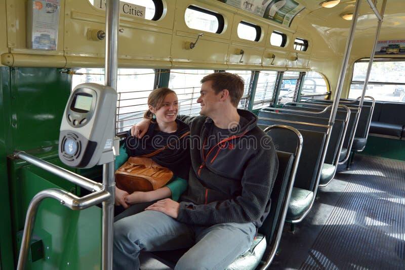 Szczęśliwa Amerykańska pary przejażdżka na San Fransisco oryginału en zdjęcie royalty free