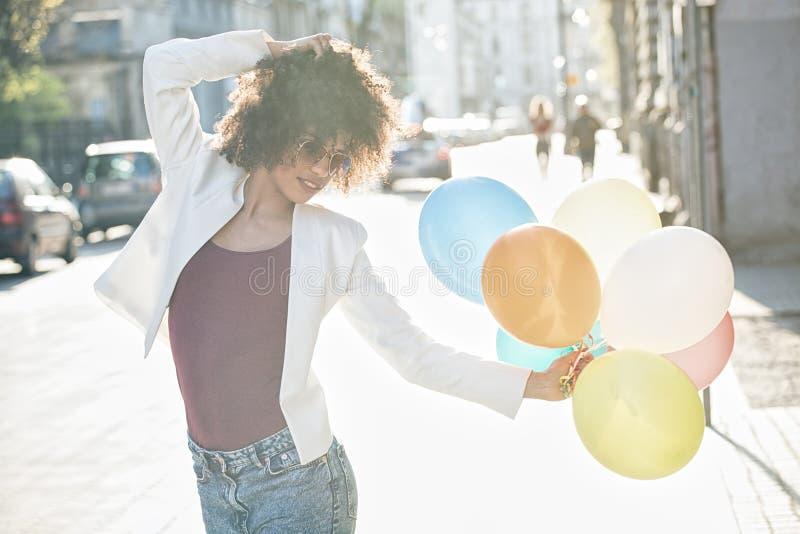 Szczęśliwa amerykanin afrykańskiego pochodzenia dziewczyna z balonami fotografia royalty free