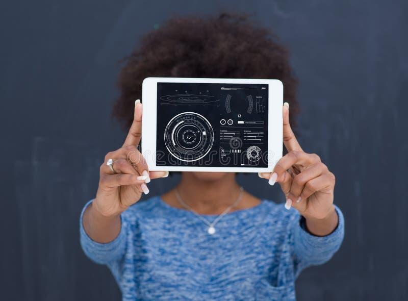 Szczęśliwa amerykanin afrykańskiego pochodzenia kobieta Używa Cyfrowej pastylkę zdjęcia stock