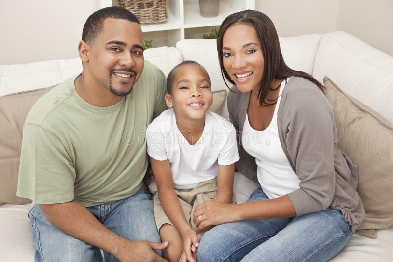 Szczęśliwa Amerykanin Afrykańskiego Pochodzenia Matki Ojca Syna Rodzina zdjęcia stock