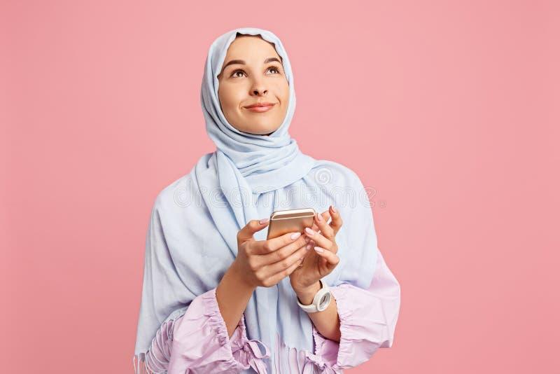 Szczęśliwa arabska kobieta w hijab Portret uśmiechnięta dziewczyna, pozuje przy pracownianym tłem zdjęcia royalty free