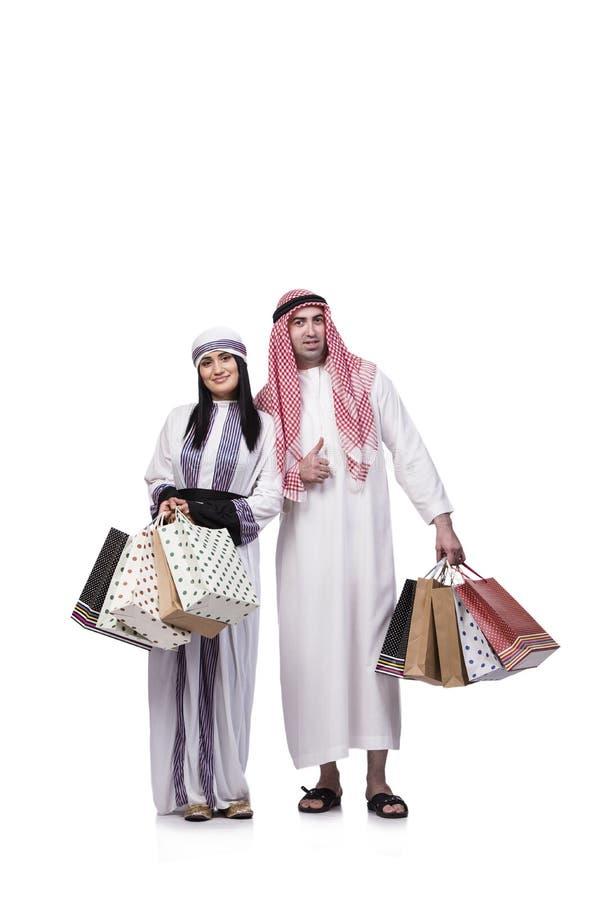 Szczęśliwa arabska rodzina po robić zakupy na bielu zdjęcie stock