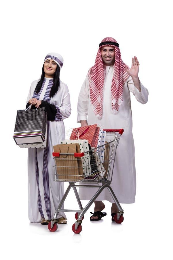 Szczęśliwa arabska rodzina po robić zakupy odizolowywam na bielu obraz royalty free