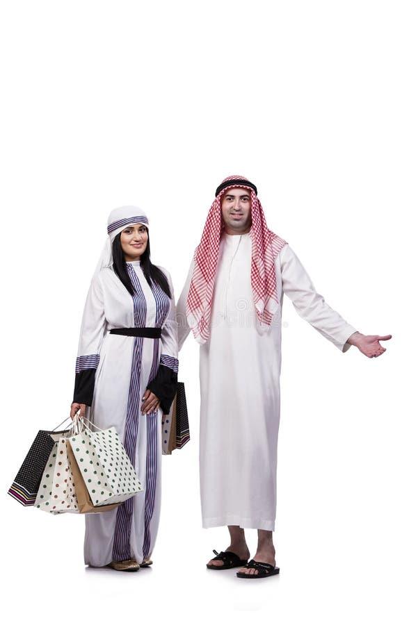 Szczęśliwa arabska rodzina po robić zakupy odizolowywam na bielu obrazy stock