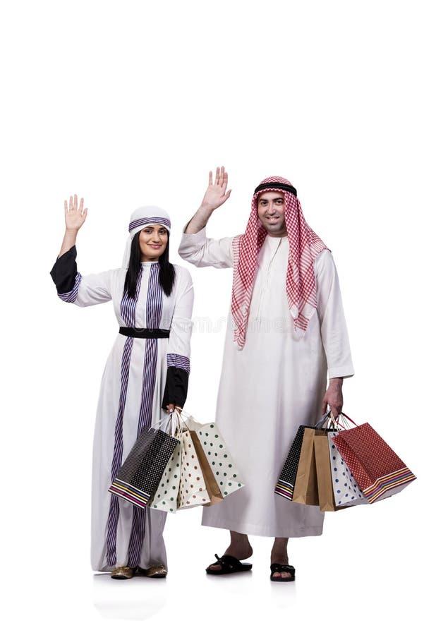 Szczęśliwa arabska rodzina po robić zakupy odizolowywam na bielu fotografia royalty free