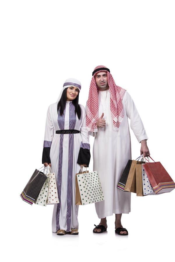 Szczęśliwa arabska rodzina po robić zakupy odizolowywam na bielu obrazy royalty free