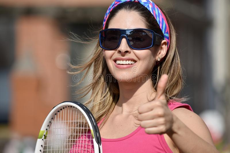 Szczęśliwa atlety osoba Jest ubranym Sportswear Z Tenisowym kantem obraz stock