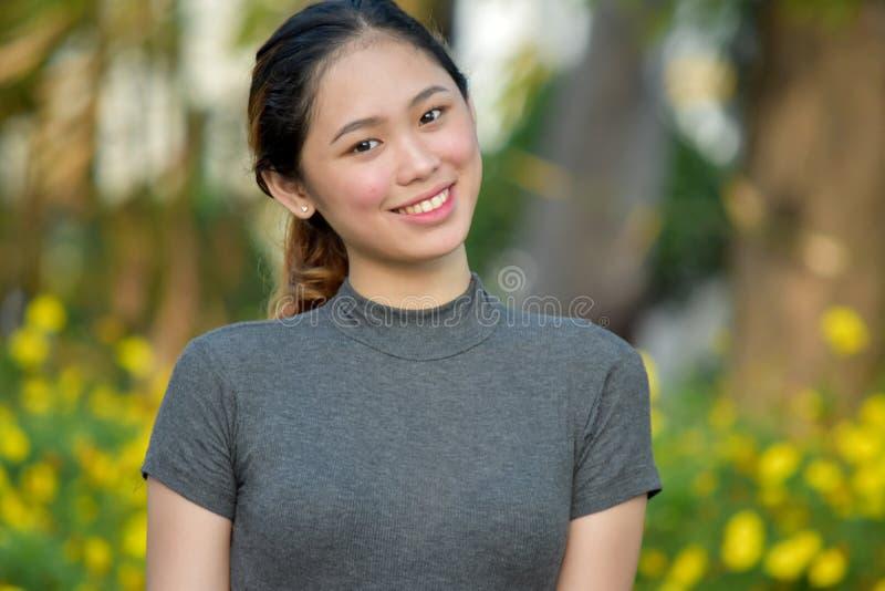 Szcz??liwa Atrakcyjna Azjatycka kobieta fotografia royalty free