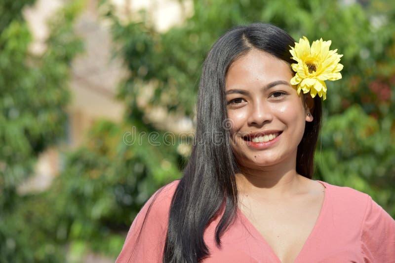 Szczęśliwa Atrakcyjna Mniejszościowa Dorosła kobieta Z kwiatami obraz royalty free