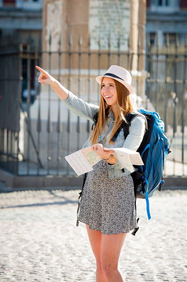 Szczęśliwa atrakcyjna wekslowego ucznia dziewczyna odwiedza Madryt miasta czytania mapę obraz stock