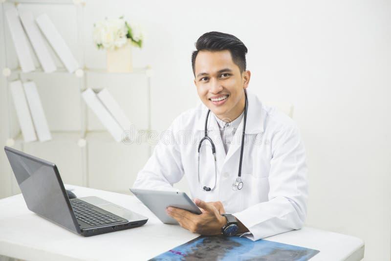 Szczęśliwa azjata lekarka z pastylką fotografia stock