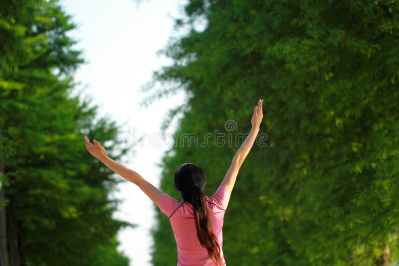 Szczęśliwa Azjatycka Chińska kobieta uścisku natura i słońce fotografia stock