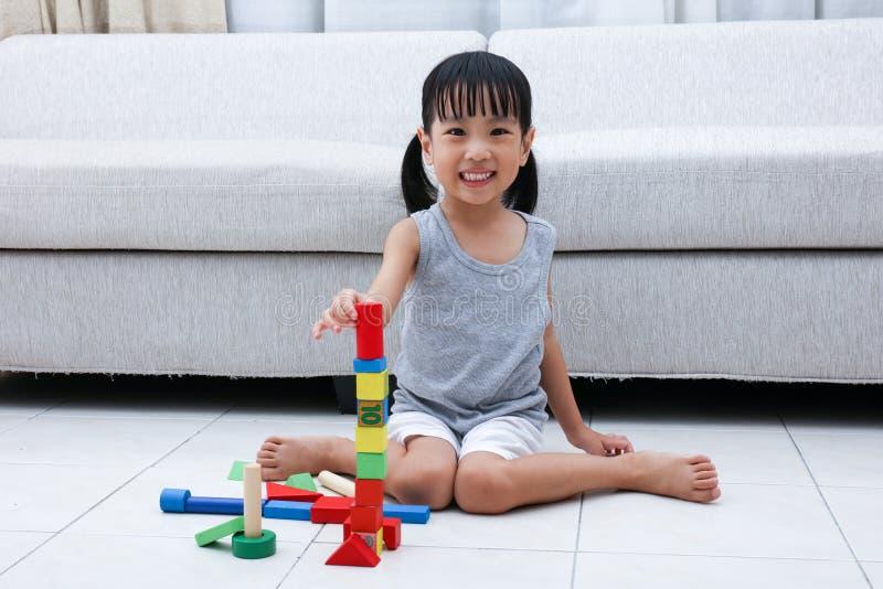 Szczęśliwa Azjatycka Chińska mała dziewczynka bawić się bloki na podłoga fotografia royalty free