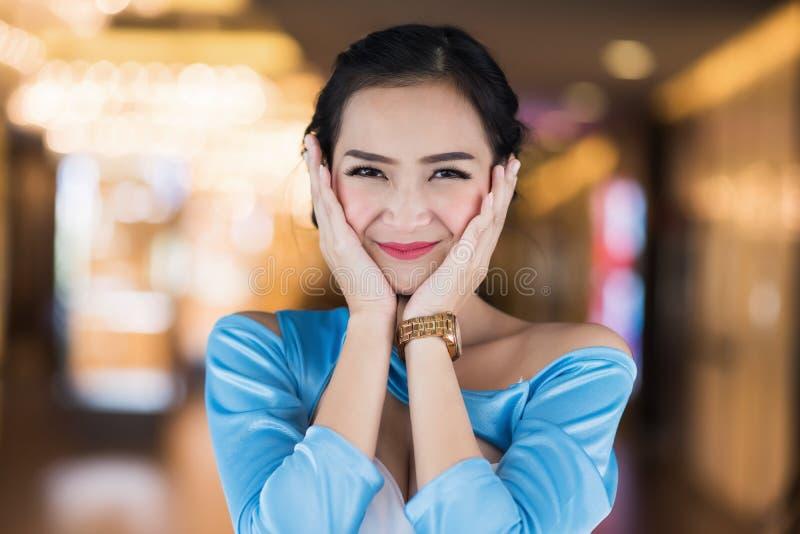 szczęśliwa Azjatycka dziewczyna w zakupy centrum handlowym obraz royalty free