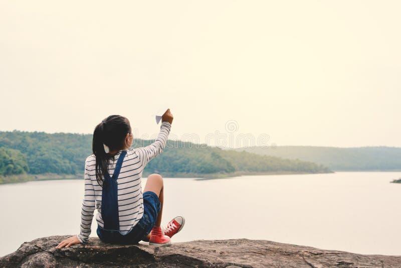 Szczęśliwa Azjatycka dziewczyny mienia papieru rakieta w naturze fotografia stock