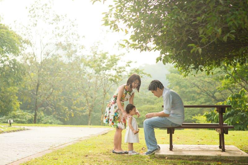 Szczęśliwa Azjatycka rodzina cieszy się ich czas w parku zdjęcia royalty free